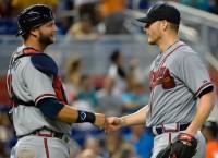 Pierzynski agrees to stay with Braves