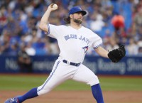 Braves agree to terms with RHP Dickey