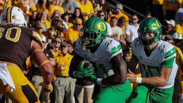Oregon routs Wyoming to stay unbeaten