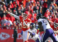 Mahomes sustains knee injury in win over Broncos